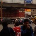 Camión repleto de productos reciclables se atascó en puente de SJM
