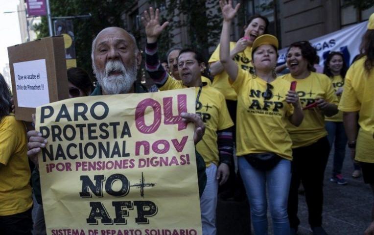 En Chile queman buses en protesta por pensiones