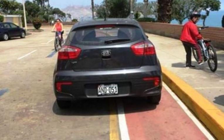 Barranco: auto invadió ciclovía para parquearse | Actualidad