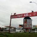 Arequipa: trabajadores arreglan panel publicitario sin medidas de seguridad