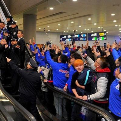 Así fue recibido el 'Apache' Carlos Tevez en el aeropuerto de Shanghai
