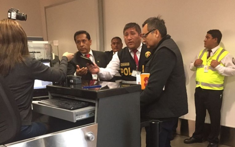 Unas fotografías muestran al ex alto funcionario acompañado de varios policías,