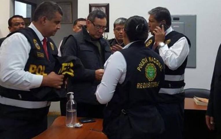 Otra imagen lo muestra revisando algunos documentos / Foto: Facebook - José Arrieta