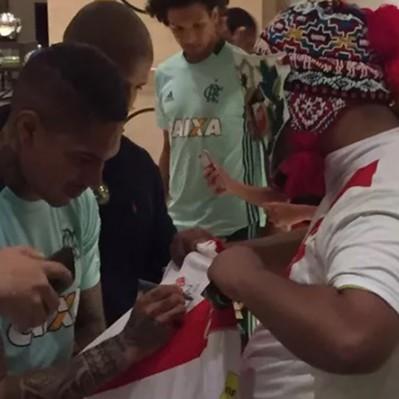 Paolo Guerrero y Miguel Trauco recibieron el apoyo de peruanos en Chile