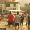 Huachipa: vecinos arriesgan sus vidas al cruzar vías inundadas