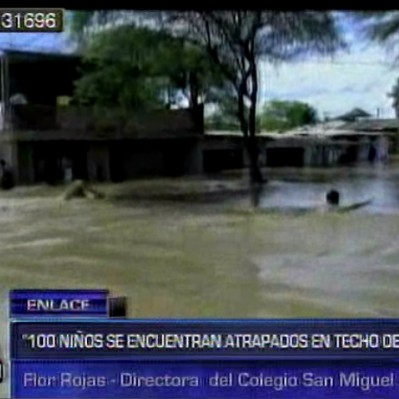 Catacaos: 100 niños permanecen atrapados en el techo de un colegio