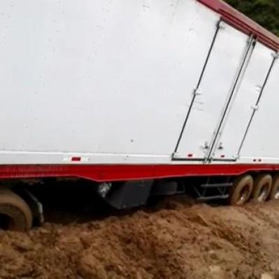 Huancavelica: vehículos varados en la vía Los Libertadores por deslizamientos