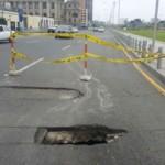Cercado de Lima: forado en la pista pone en peligro a peatones y conductores