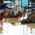 Chiclayo: obreros bucean en aguas turbias para reparar tubería rota