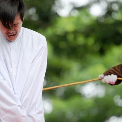 Indonesia: pareja homosexual recibió castigo de 83 azotes en público