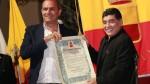 Diego Maradona recibió y besó la ciudadanía honorífica en Nápoles - Noticias de giuseppe garibaldi